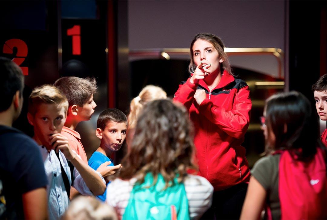 Défi explora'terre : un animateur scientifique de Vulcania apporte des explications constructives et adaptées au programme de vos élèves de collège et lycée