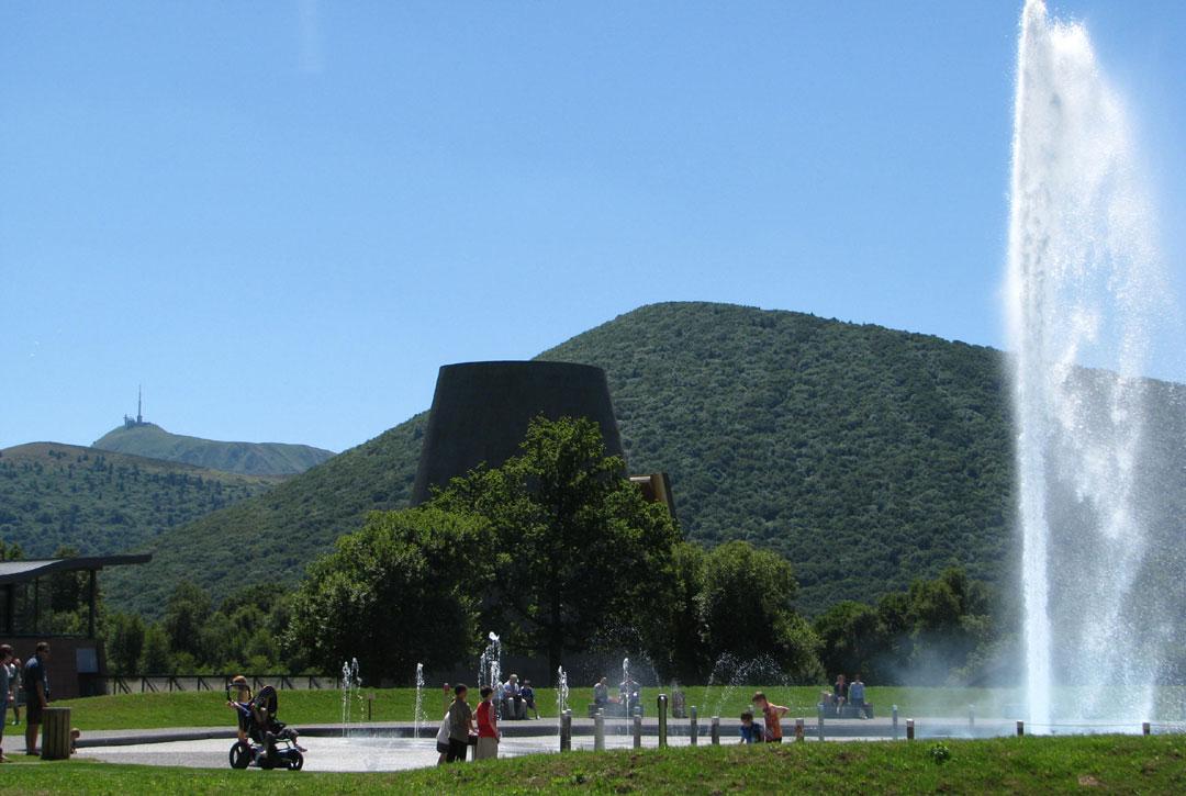 Vulcania, complétement intégré à l'environnement du parc des volcans d'Auvergne