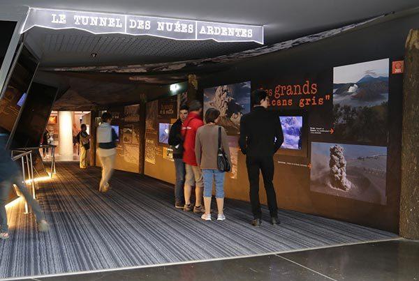 Tunnel des nuées ardentes et Film Mont Saint Helens au parc d'exploration Vulcania