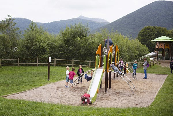 Aires de jeux spéciales enfants au parc d'exploration Vulcania