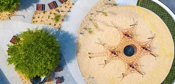 Découvrez la place des volcans au parc Vulcania avec son aire de jeux extérieure pour enfants